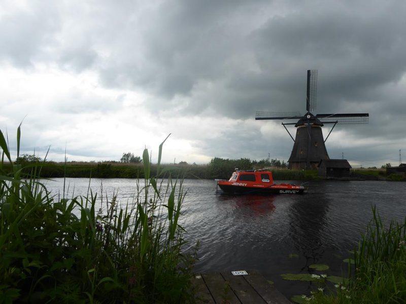 Surveyboot Jenny bij Kinderdijk